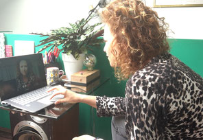 Caroline Pénin-Antide ordinateur allumé dans le cabinet un peu en fouillis