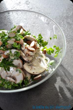 Salade de champignons et sauce crémeuse au citron