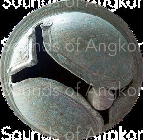 Grelot d'éléphant et sa bille de bronze. Période angkorienne. Dépôt archéologique de Vat Bo, Siem Reap.