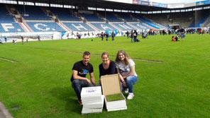 Unsere Mannschaft mit 13 Rasenstücken im Rostocker Ostseestadion