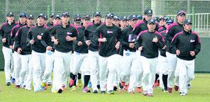 ウォームアップランを行う千葉ロッテマリーンズの選手ら=1日午前、石垣市中央運動公園メイン野球場