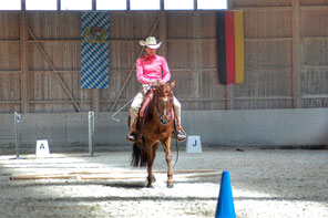 Priska Kelderer auf Quarterstute Charlott, beim Cowboy Dressage Turnier in hebertsham bei Wasserbug (GER). Reiten in Kaltern am See; Reitschule; Pferde; Quarterhorse