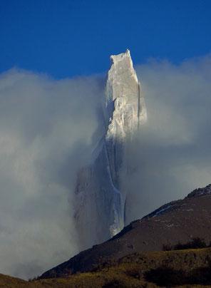 Die schroffe Felsnadel des Cerro Torre zeigt sich leider nur kurz.
