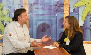 Ralf Albat im Gespräch mit Esther Balcarczyk, Mitarbeiterin des Jobcenter EU-aktiv, die ihm als Jobcoach zur Seite steht. © Jobcenter EU-aktiv