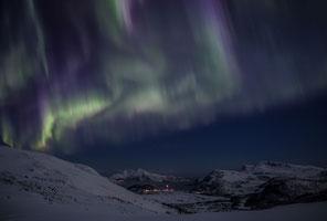 Nordlichter über dem Skulsfjorden, darüber die zwei höchsten Gipfel der Insel Vengsoya, Vengsoytinden und Kvantotinden