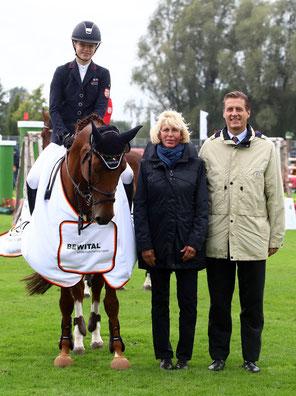 Johanna Beckmann mit Celine. Rechts daneben Ursula Veith, Richterin, und Wolfgang Mainz, Aufsichtsratmitglied ALRV. Foto: Alexander Marx.