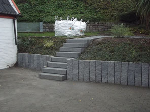 Gartenmauer mit Aufgang