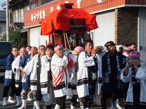 栄町を渡御する神輿(平成24年10月7日午前8時頃)