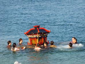 故事に則り神輿を海中から引き揚げる(平成24年10月7日大濱海岸)