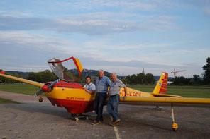 Foto: Flugsportvereinigung Neumarkt, Flugschüler Bene Schnuchel, Flugleiter Johann Wagner und Fluglehrer Egfried Trautenberg