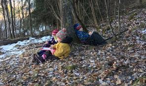 Kinder im winterlichen Wald