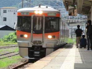 飯田線リレー号がホームにはいってきました。
