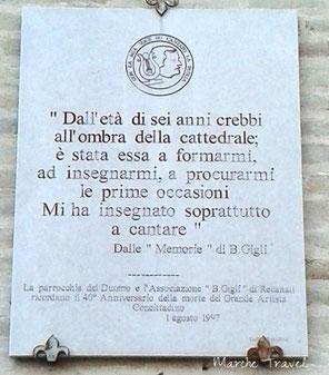 Lapide commemorativa di Beniamino Gigli, Cattedrale di Recanati