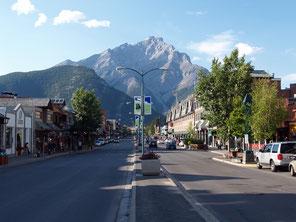 Banff Avenue met Cascade Mountain
