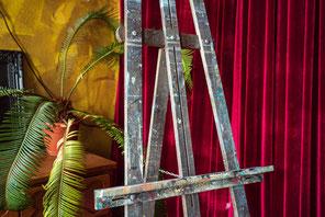 innerer Kritiker, Selbstzweifel, roter Vorhang, Bühne, Präsentation, Selbstwert stärken