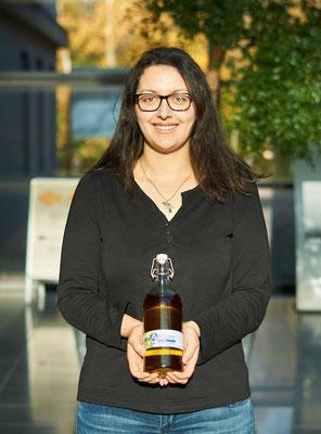 Anna hält Antigone griechisches Olivenöl