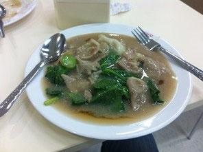 タイのフードコートで出会った謎の麺料理。豚の旨味がしっかり感じられてとても美味しい