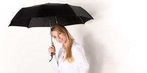 Motivationstrainer Michael Altenhofer verwendet den Regenschirm als Metapher für mehr Offenheit im Leben.