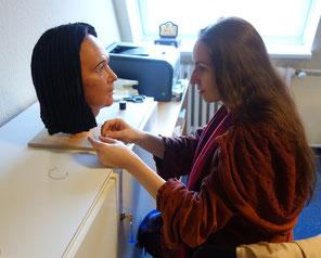 Daniela Rutica bei der Anfertigung der Perücke für Idu, Photo: Rainer Hannig