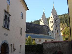 Kanonikatshaus bzw. Chorherrenhof nordöstlich der Stadtpfarrkirche