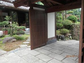 完成した、門扉のついた数奇屋門。
