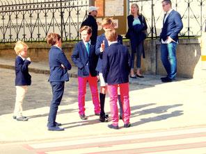 die Jungen - top gestylt mit roten Hosen
