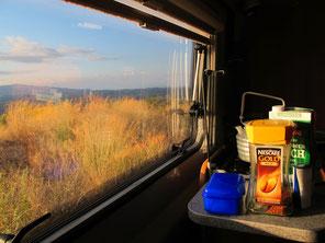Frühstück im Licht der aufgehenden Sonne