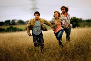 Mark Wahlberg, Nicola Peltz et un ami: fuir, fuir, fuir... (©Paramount Pictures)