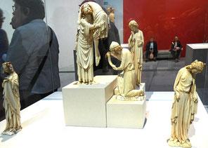 Exposition D'or et d'Ivoire. Eléments d'une descente de croix en albâtre.