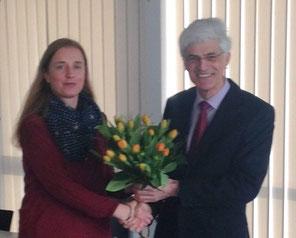 Der Leiter des Studienseminars Leer, Johann Sjuts, übereichte Katja Baumann einen Blumenstrauß an ihrem ersten Tag als Geschäftsführerin der MARIKO GmbH. Foto: privat