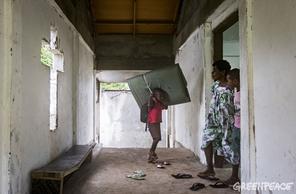 Niño vanuatuense se prepara para el ciclón. Por GREENPEACE