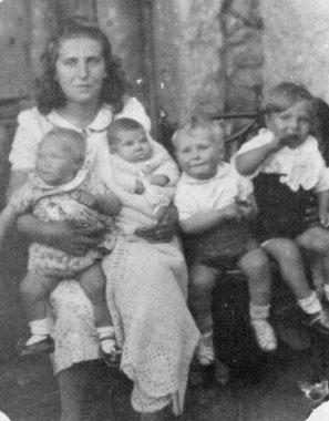 Tía Emilia y  sus primeros cuatro sobrinos. F. Cedida.