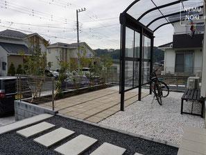 コンクリート平板、テラス、雑草対策、シマトネリコ、フェイジョア、施工例