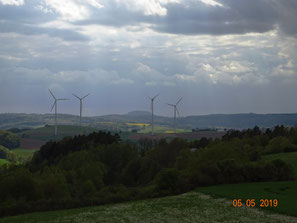 Windräder Roter Berg, versauter Blick zum Alheimer