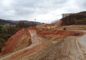 Bergseitige Abgrabungen, talseitige Auffüllungen, Autobahnbreite nicht 50 sondern 150 Meter