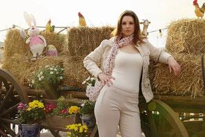 #Ostern #Fotoshooting #easter #Frühling #spring #sunshine #Hase #rabbit #Hahn #Stroh #Heu #Blumen #Flowers #beige #brunette #Model #Kutsche #Bauernhof #Beauty #Fashion #OlgaEnnsPHOTOGRAPHY