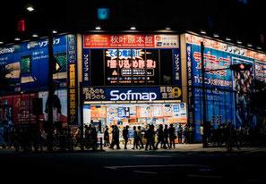 Vue extérieure d'un magasin au Japon, de nuit, avec ses enseignes lumineuses