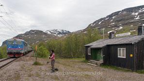 Der Bahnhofs Låktatjåkka an der Erzbahn zwischen Kiruna und Narvik