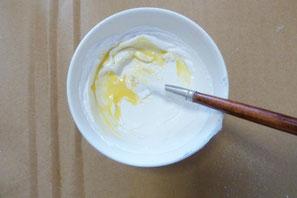 2、テンペラ絵の具の準備。1のメディウムにチタニウムホワイト(顔料)を混ぜると、テンペラ絵の具の白ができます。