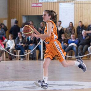 Photographie de couple de maries avec bouquet savoie