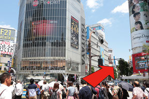 ①JRハチ公口を出てスクランブル交差点を渡り、TSUTAYAと109メンズ館の間の道をまっすぐ進みます