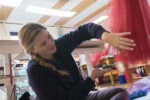 Sonja Stern schneidet einen Tüllrock an der Schneiderpuppe
