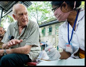 Jack Preger in gesprek met een medewerker in Nimtala Clinic (februari 2016)