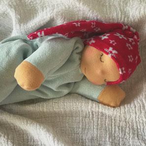 Kuschelige Puppe aus weichen Stoffen zum Liebhaben für Kinder ab der Geburt nach Art der Waldorfpuppe