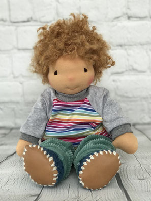 handgemachte Puppe mit weichem Körper und schöner Puppenkleidung zum Spielen