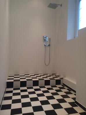 Fugenloses Badezimmer mit Schachbrett Boden