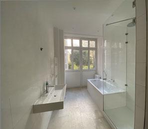 Im Badezimmer gefliest und abgehängte , gestrichen Decke mit integrierter Beleuchtung und Wand