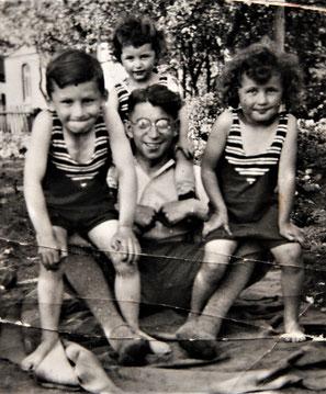 Ernst, Helmut und Margot zusammen mit Onkel Kurt (Foto: Privatbesitz Ute Siegeler)