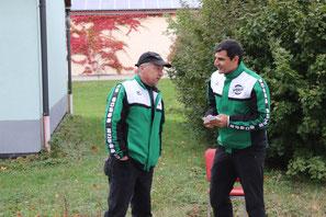 Trainer Matthias Raab und Christoph Wuzel überwachen am Schießstand und an der Zeitnahme den Wettkampf