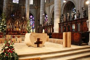 Altarraum Münster Hl. Kreuz Gmünd, Objekte Klaus Simon, Quelle: Wikipedia